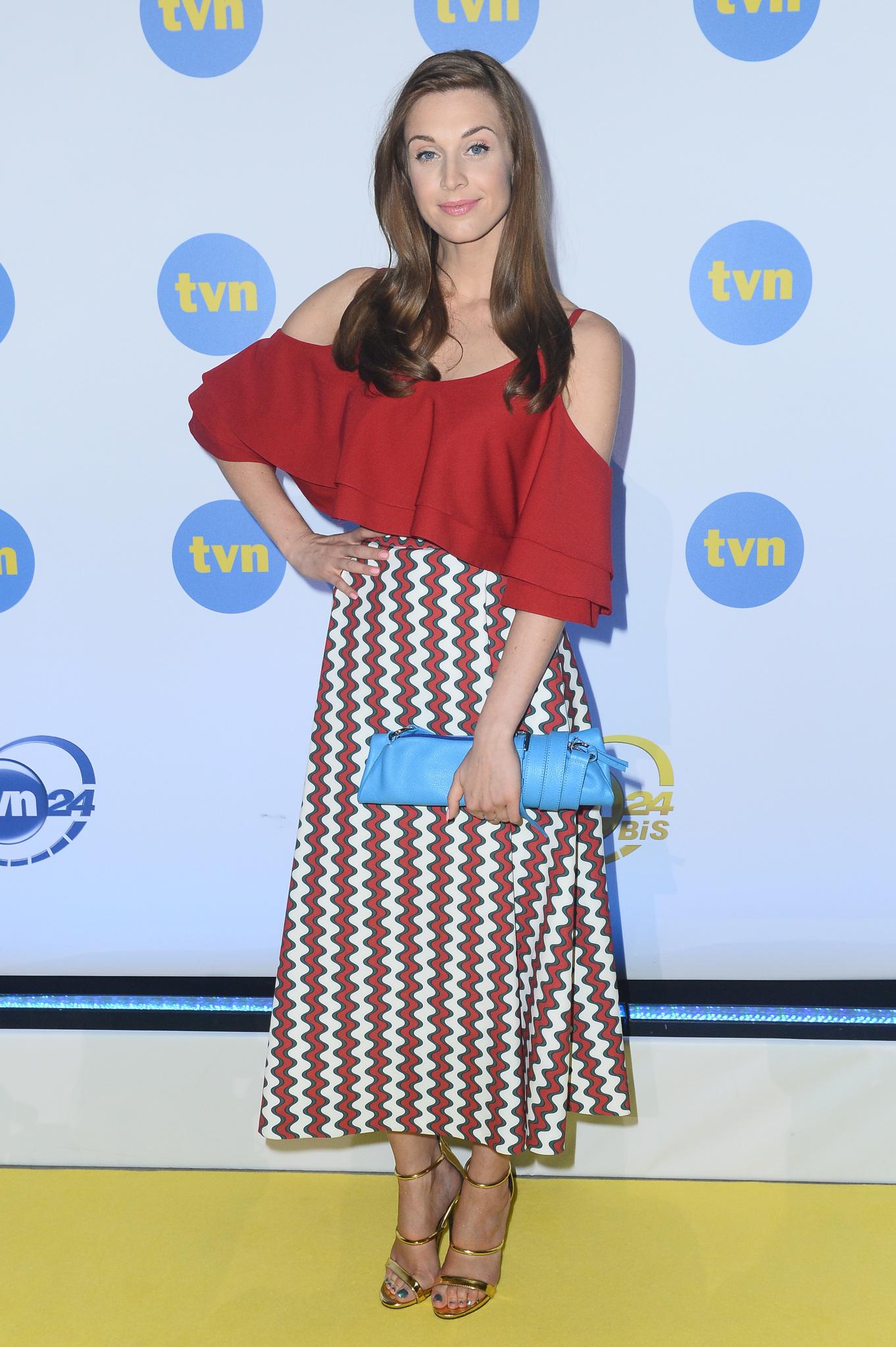 Julia Kaminska w bluzce z odkrytymi ramionami i spódnicy midi